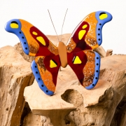 Gedenkobject Atlasvlinder waarbij de as van een dierbare is verwerkt in het glas
