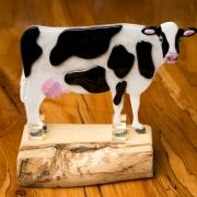 Herinneringsbeeld koe waarbij crematie-as in het glas is verwerkt