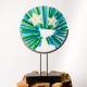 Rond, abstract, gedenkbeeld in de kleuren blauw en groen, waarbij zoon en hond met elkaar herenigd zijn