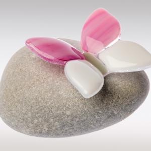 Kinder mini urn met roze vlindertje van glas uit de collectie handgemaakte mini urnen van Dierbaar Glas