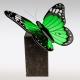 Natuurstenen urn met vlinder van groen glas