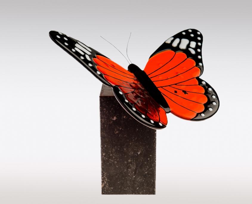 Vlinder urnen van natuursteen en glas