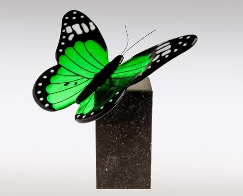 Vlinder urn van Belgisch hardsteen en groen glas