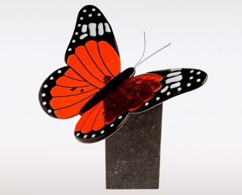 Vlinderurn van natuursteen en oranje/ rood glas
