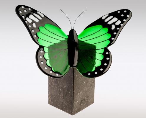 Vlinderurn van groen glas en Belgisch hardsteen