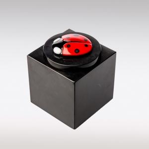 Zwarte Cubos urn lieveheersbeestje zij-aanzicht
