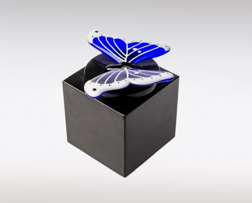 Zwarte Cubos urn met blauw witte vlinder van glas