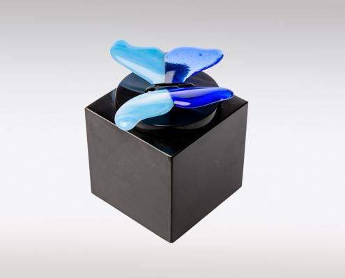 Zwarte Cubos urn met blauwe vlinder van glas