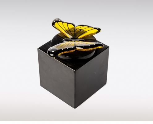 Zwarte Cubos urn met geel zwarte vlinder van glas