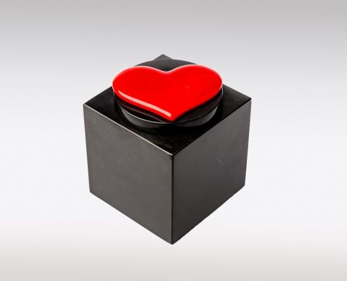 Zwarte Cubos urn met rood hart van glas