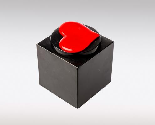 Zwarte marmeren urn met rood hart van glas