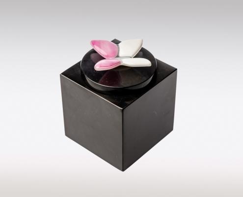 Zwarte Cubos urn met roze wit vlindertje van glas