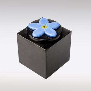 Zwarte Cubos urn vergeet me nietje van glas