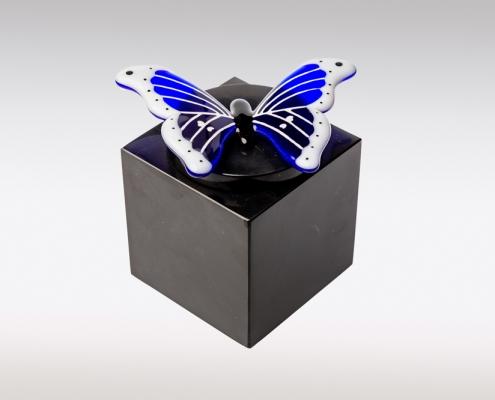 Zwarte marmeren urn met blauw witte vlinder van glas