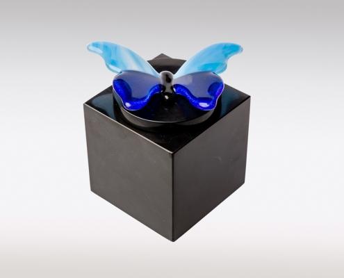Zwarte marmeren urn met blauwe vlinder van glas