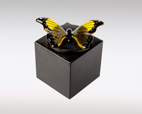 Zwarte marmeren urn met geel zwarte vlinder van glas