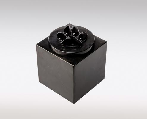 Zwarte marmeren urn met hondenpootje van glas