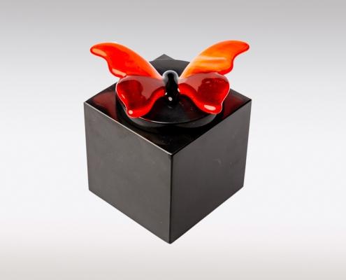 Zwarte marmeren urn met oranje vlinder van glas