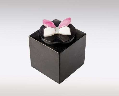 Zwarte marmeren urn met roze wit vlindertje van glas