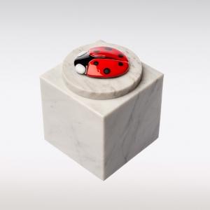 Wit marmeren urn met lieveheersbeestje van glas