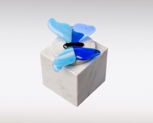 Wit marmeren urn vlinder blauw bovenkant