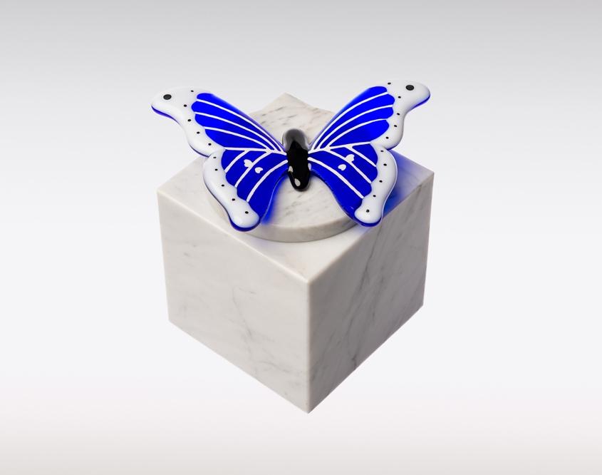 Handgemaakte marmeren urnen met glasobject vlinder blauw sierlijk