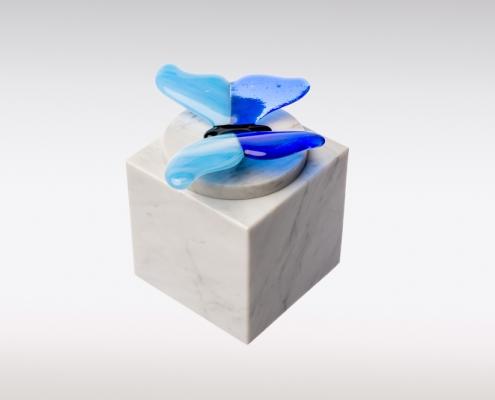Witte Cubos urn vlinder blauw zijkant
