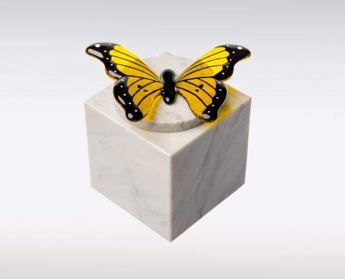 Wit marmeren urn vlinder geel sierlijk