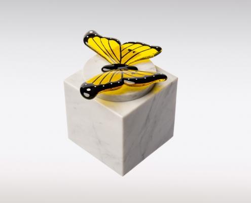 Witte Cubos urn vlinder geel sierlijk zijkant