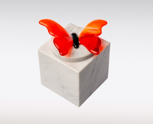 Witte marmeren urn vlinder oranje