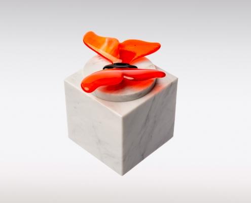 Witte Cubos urn vlinder oranje zijkant