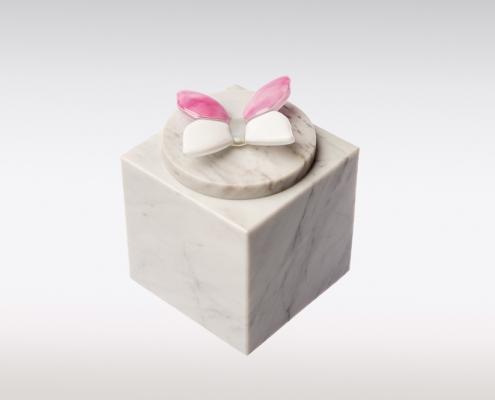 Wit marmeren urn met vlindertje