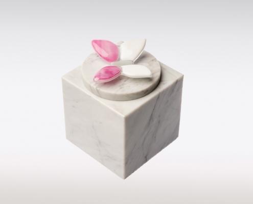 Wit marmeren urn met vlindertje van glas
