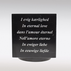 Zwarte Cubos urn tekst gelaserd