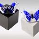 Witte en zwarte marmeren urn met blauw witte vlinder van glas