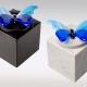 Witte en zwarte marmeren urn met blauwe vlinder van glas