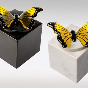 Witte en zwarte marmeren urn met geel zwarte vlinder van glas