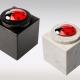 Witte en zwarte marmeren urn met lieveheersbeestje van glas