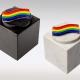 Witte en zwarte marmeren urn met regenboog van glas