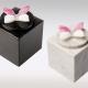Witte en zwarte marmeren urn met roze witte vlinder van glas