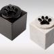 Witte en zwarte marmeren urn met zwart kattenpootje van glas