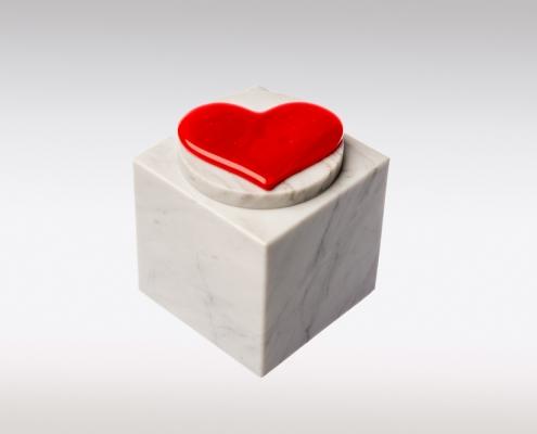 Witte Cubos urn met rood hart van glas