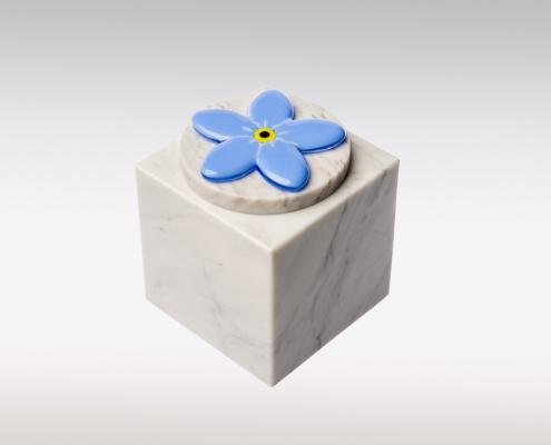 Witte Cubos urn met vergeet mij nietje van glas