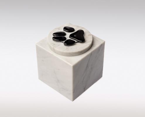 Witte marmeren urn met hondenpootje van glas