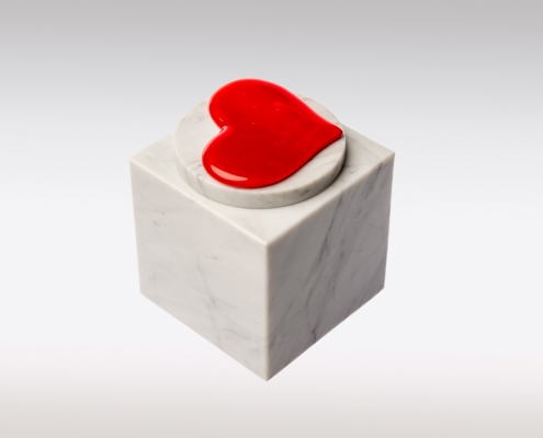 Witte marmeren urn met rood hart van glas