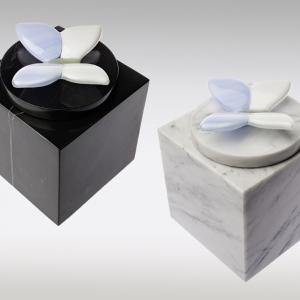 Marmeren urn in wit en zwart met blauw vlindertje