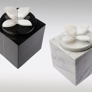 Marmeren urn in wit en zwart met lichtroze vlindertje